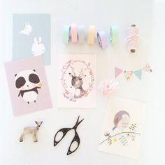 Sfeer met schaar maskingtape en kleine accessoires... mooie manier van kaarten laten zien.