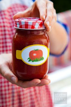 Sprawa jest dość osobista. Ja lubię średnio pikantny i dość słodki, taki jest właśnie ketchup z poniższego przepisu. Pomidorowe przetwory czas zacząć moi mili ☺ Miłego dnia! Domowy ketchup 4 kg pom… Homemade Tomato Sauce, Summer Tomato, Tomato Garden, Italian Pasta, Bottles And Jars, Canning Jars, Fruit And Veg, Going Vegan, Ketchup