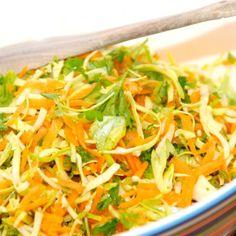 Råkost med spidskål er en både nem, sund og lækker råkostsalat, der blot laves med spidskål, gulerødder og lidt friskhakket persille. Foto: Guffeliguf.dk.