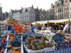 """Fruit market @ Bruges. In Belgium you'll find all kinds of specialty markets at different squares in cities. Locals tend to name these squares after the category of products that are being sold at these markets since centuries, like """"the Meat Market"""" or """"the Vegetable Market"""". Photo: Brugge @ Pano."""