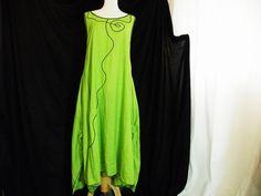 Apfelgrünes leichtes Überkleid aus feinem dünnen Leinen  mit Maschinenstickerei  seitliche Nahttaschten  Zipfelknoten  unterhalb der Knoten geschlitzt
