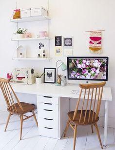 una cassettiera nel mezzo crea il divisorio per area studio e area hobby