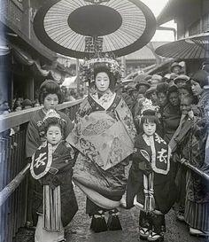 Vintage photos of geisha,oiran, tayuu from Japan Japanese History, Japanese Beauty, Japanese Culture, Vintage Pictures, Old Pictures, Old Photos, Geisha Samurai, Japan Kultur, Photo Japon