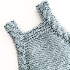 Babydrakt med en liten vri, fletter! #babydrakt #denstoreguttestrikkeboka #knit #instaknit #cableknit #strikke #strikkedilla #strikkemamma
