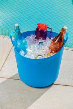 E quando os convidados ficam com vergonha de se servir? Os baldes flexíveis podem servir para expor as bebidas de uma forma bonita e bem mais convidativa. #piquenique #gelo #bebidas #drinks #calor