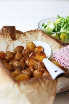 petites pommes de terre roties 000003 LE MIAM MIAM BLOG Pour 500 g de petites pommes de terre rôties, il vous faut : - 500 g de pommes de terre grenaille - Huile d'olive - Fleur de sel - Poivre du moulin - Une branche de romarin frais ou 1/3 c. à café de romarin déshydraté - 1 grosse cuillère à soupe de semoule fine