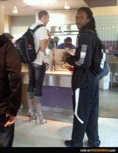 Esa inquietante moda de que los hombres lleven zapatos de tacón.