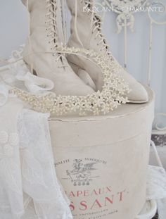 antique wax bridal crown - brocante-charmante Vintage Shoes, Vintage Dresses, Vintage Outfits, Vintage Fashion, Old Boots, Shoe Boots, Vintage Shabby Chic, Vintage Decor, Victorian Shoes