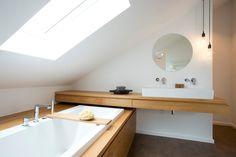 Bathroom in the attic: bathroom of eva lorey interior design - Modern Bathtub Sizes, Diy Bathtub, Bathtub Remodel, Freestanding Bathtub, Simple Bathroom, Modern Bathroom Design, Modern Interior Design, Attic Bathroom, Grey Bathrooms