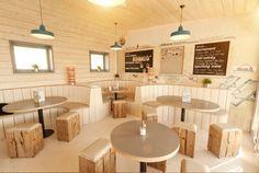 Деревянная мебель в кафе