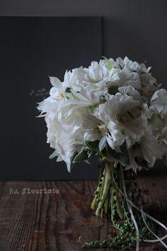 """ウェディングに人気の""""白いブーケ""""ですが、一言で白と言っても様々な色味、質感のお花があり合わせるグリーンによっても印象は様々。こちらはマットな質感の白いお..."""