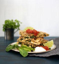 Quesadilla: nopea ja helppo kasvisruoka nautitaan avokadon, ranskankerman ja salsan kanssa. pinaatti tortilla