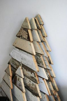 Reclaimed Wood Christmas Tree Ideas - 25 ways to create Christmas trees using reclaimed, pallet and salvaged wood and trim - Design Rulz