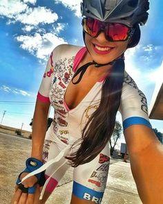 """@lua_c - """"Desfrute cada momento da sua vida, e tenha ótimos motivos para sorrir e agradecer."""" A vida não tem replay! ☉ Mais uma com esse macaquinho DIVO das @brutasmtb #morenadopedal . #ChicasCiclistas #cycling #ciclismo #cyclinglife #cyclingwomen #cyclingkit #cyclingpics #cyclingphotos #cyclingwear #cyclinglegs #ridelikeagirl #rideordie #rideyourlife #yosoychicaciclista"""