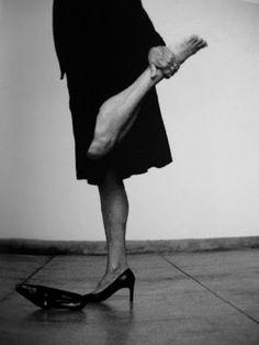 Nesta série, os sapatos pretos de tacão alto são mais do que um acessório, são um símbolo que remete para a sedução feminina – e o título clarifica essa intencionalidade – bem como o gesto coquete, ou de salão, de levantar a saia, a que se soma a introdução da cor vermelha com que a palma do pé é pintada. Um apontamento de dramatismo e encenação que reforça e simultaneamente perturba a coreografia de gestos minimais. Como quem afirma que «Seduzir» implica dor e sacrifício.