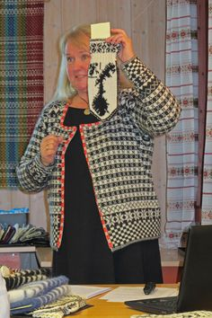 I fanakofta. Bildet er tatt av Jane Haaranes under foredraget, Votten Norge Rundt, som jeg holdt i Os høsten 2014. Knitting Patterns, Knitting Ideas, Knit Fashion, Bunt, Mittens, Sweaters, Pictures, Inspiration, Tejidos
