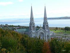 RN - Sainte-Anne-de-Beaupré. Son principal attrait est la Basilique Sainte-Anne-de-Beaupré, un important lieu de pèlerinage pour les catholiques croyants qui lui attribuent des vertus miraculeuses. Le principal rassemblement est celui du 26 juillet, c'est-à-dire la fête de sainte Anne, patronne civile et ecclésiastique du Québec. La basilique Sainte-Anne-de-Beaupré a été désignée en tant que l'un des cinq sanctuaires nationaux du Canada par la Conférence des évêques catholiques du Canada.