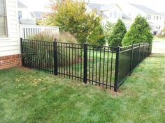 Gorgeous Black Wooden Fence Design Ideas For Frontyards - COODECOR More and more people around the U.K are choosing wooden fences to keep their property private and secure. Fence Landscaping, Backyard Fences, Garden Fencing, Pool Fence, Garden Beds, Fence Prices, Old Fences, Wooden Fences, Black Fence