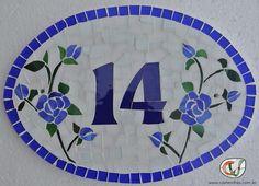 numeral de casa em mosaico com flores azuis