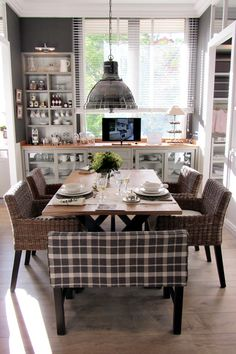 Mix And Chic Home Tour A Stunning Spanishstyle Home In Los - Tres grande table pour idees de deco de cuisine