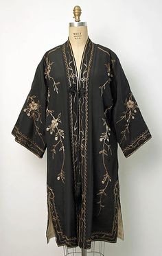 A spectacular evening coat, Japanese – silk with metallic thread embroidery © The Metropolitan Museum of Art. – Coat of arms 30s Fashion, Fashion History, Art Deco Fashion, Vintage Fashion, Womens Fashion, Fashion Ideas, Fashion Design, 1920s, Opera Coat