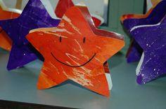 """Peuterthema's: Kerst  De kleuters hebben op 2 sterren getekend met kaarsen en nadien overschilderd met ecoline en glitters. Ik heb er dan een rolletje tussen gekleefd zodat het eigenlijk kan gebruikt worden als """"piek"""" op de kerstboom. Op de ene kant van de ster staat een gezichtje, op de achterkant een foto van de kleuter met kerstmuts en klaspop."""