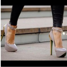 Nice mix of sexy heel, classy colors and DANGER! <3