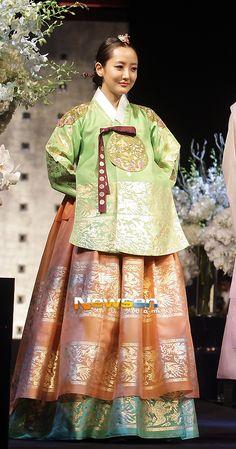 [포토엔]사강 '한복 입으니 더 아름답네' - 손에 잡히는 뉴스 눈에 보이는 뉴스 - 뉴스엔 Korean Traditional Dress, Traditional Dresses, Korean Dress, Korean Outfits, Modern Hanbok, Comic Art Girls, Culture Clothing, Kdrama, Folk Costume