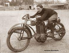 """En 1903, il faut chercher à la loupe les informations concernant Buchet. N'étaient les performances de pilotes au guidon de """"tricycles monstres"""" à moteurs bicylindres, on pourrait croire à la disparition pure et simple de la marque. Il n'en est rien,..."""