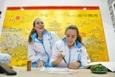Las hermanas Brand escriben sus nombres en letras chinas.