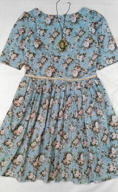 Vestido da nossa coleção Jardim Secreto, em tricoline 100% algodão nessa estampa ultra romântica! Mangas até o cotovelo, cintura com detalhe de guipir, e saia toda pregueada.