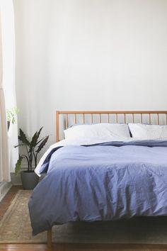 Solid White Oak Windsor Bed with Slanted Headboard  von hedgehouse