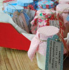Traktatie voor de leerkrachten: hangop in een leeg babyvoedingpotje, stofje over het deksel, labeltje eraan... klaar! Heel makkelijk, origineel en lekker gezond. Diy For Kids, Gift Wrapping, Gifts, Gift Wrapping Paper, Presents, Wrapping Gifts, Favors, Gift Packaging, Gift
