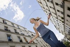 Easy ways to burn 100 calories.   Jump Rope  As far as workout intensity is concerned, jumping rope is comparable to vigorous swimming and running at 6 mph. But unlike most cardio workouts, you don't have to leave your home to jump rope. If you have a jump rope, an open space and eight minutes of free time then you can burn 100 calories.