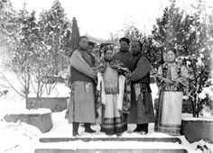 The Empress Dowager Cixi, Princess Der Ling and her eunuchs. Last Emperor Of China, Empress Dowager Cixi, The Concubine, Qin Dynasty, San Francisco Earthquake, Lady In Waiting, The Empress, Weird World, Chinese Culture