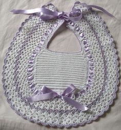 CREATIVA IO: Bavette e scarpine neonato Crochet Baby Bibs, Crochet Baby Blanket Free Pattern, Poncho Knitting Patterns, Crochet For Kids, Crochet Patterns, Crochet Faces, Crochet Videos, Filet Crochet, Crochet Designs
