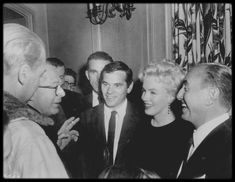 """1er Mars 1956 / Marilyn, Milton GREENE et Jack WARNER annoncèrent qu'un accord de distribution avait été conclu entre les """"Marilyn MONROE Productions"""" et la """"WARNER"""" pour """"The Prince and the showgirl"""". Le réalisateur Billy WILDER était présent ce jour là ; son attachée de presse Pat NEWCOMB était également présente."""