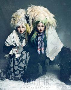 Enveloppées dans un étrange mélange de fourrures et de tissus raffinés, trois jeunes femmes coréennes posent dans la douceur ouatée d'un décor faussement h