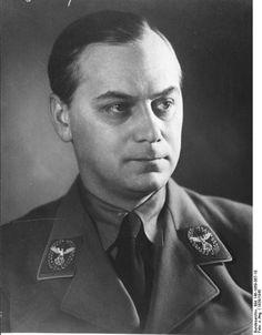 Alfred Rosemberg. A partir de 1933, es ascendido a Jefe del Servicio de Asuntos Exteriores del Partido Nazi donde se convierte en un Reichsleiter; encargandose de la apropiación de obras de arte y otros enseres pertenecientes a museos y a colecciones privadas de judíos de toda Europa.