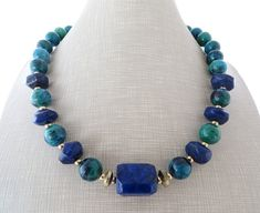 Chrysocolla necklace, lapis lazuli necklace, green chunky stone necklace, blue choker, beaded necklace, stone jewelry, contemporary jewelry Statement necklace with green chrysocolla and blue lapis lazuli Très chic ! Necklace: 18.3 inches - 46,5 cm Gold tone Free gift box with every purchase Sofias Bijoux jewellery: http://www.etsy.com/it/shop/Sofiasbijoux ***************************** These jewels are handmade with semi - precious gemstones, ...