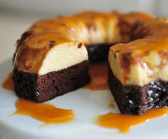 Can't decide whether to serve chocolate cake or flan for dessert? Have your cake and eat your flan, too, with a recipe that combines two distinctive flavors in one crowd-pleasing recipe. This is a wonderfully moist cake! Food Cakes, Cupcake Cakes, Cupcakes, Cake Recipes, Dessert Recipes, Flan Dessert, Comida Latina, Just Desserts, Mini Desserts