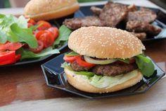 Jak připravit burger na grilu Hamburger, Grilling, Menu, Cooking, Ethnic Recipes, Health, Food, Menu Board Design, Kitchen
