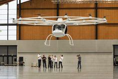 El primer helicóptero eléctrico de dos plazas del mundo, realizó su primer vuelo dentro de un hangar alemán, en Karlsruhe.