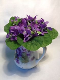 Violets from Lilian's garden.  I have the same little vase AND have made the same little bouquet for it....!!