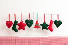 Hecho a mano fieltros decoraciones de la Navidad con el colgante de la cinta, perfecta para colgar en tu árbol de Navidad.  Elegir corazones, estrellas, árboles de Navidad o medias en oscuro rojo, verde o blanco.  Cada uno es cosido a mano y los corazones y las estrellas están decoradas con