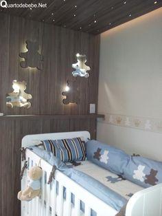 parede de berço decorada com madeira
