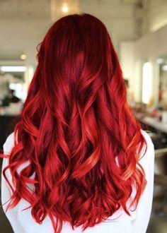 peppige und extravagante Haarfarbe wie Rot, wenn der Mond im Skorpion steht