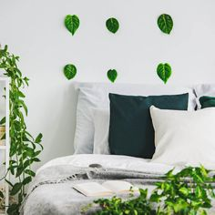 Ejemplos de dormitorios con buen feng shui | LoveToKnow Consejos Feng Shui, Feng Shui Bedroom, Modern, Buddha Decor, Protection Spells, Yurts, Home, Houses, Space