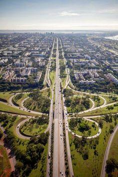 Brasília, a capital do Brasil, é uma cidade que nasceu à frente do seu tempo. É um monumento a céu aberto e, com apenas 50 anos de existência, já é considerada Patrimônio Cultural da Humanidade. Não deixe de visitar o Palácio da Alvorada, a ponte JK e a Catedral Metropolitana.