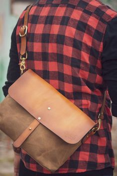 Unisex designed vintage satchel made from traditional materials such as waxed canvas and intended to look better and better after every year of use. Thick Leather, Leather Cap, Leather Satchel, Canvas Travel Bag, Travel Bags, Waxed Canvas, Cotton Canvas, Messenger Bags, Shoulder Pads